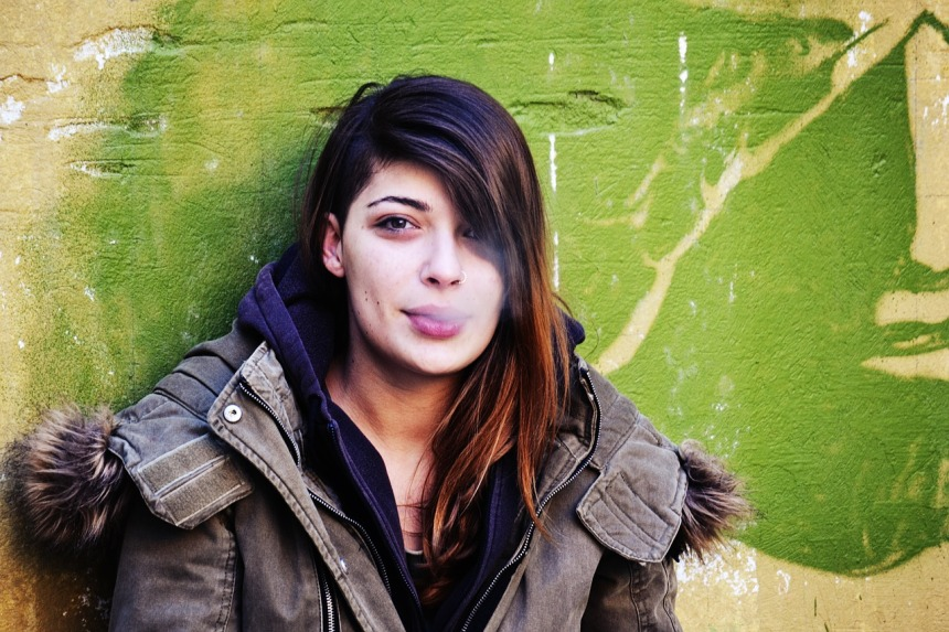 girl-smoking-leaning-on-the-wall-1997026_1280
